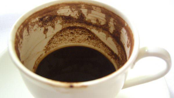 В очистке незначительных загрязнений может прийти на помощь даже обычный кофе.