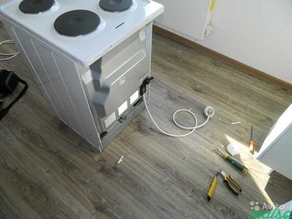 Выбирая место, где будет происходить подключение электрической плиты, нужно учитывать много разных аспектов: от возможности подсоединения до соседства с другими предметами бытовой техники