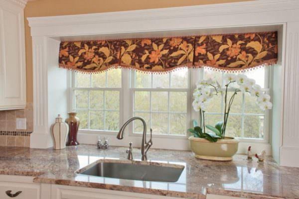 Дизайнеры советуют отдать предпочтение текстилю, который перекликается с оттенком фасадов мебели, но контрастирует со стенами и декором.