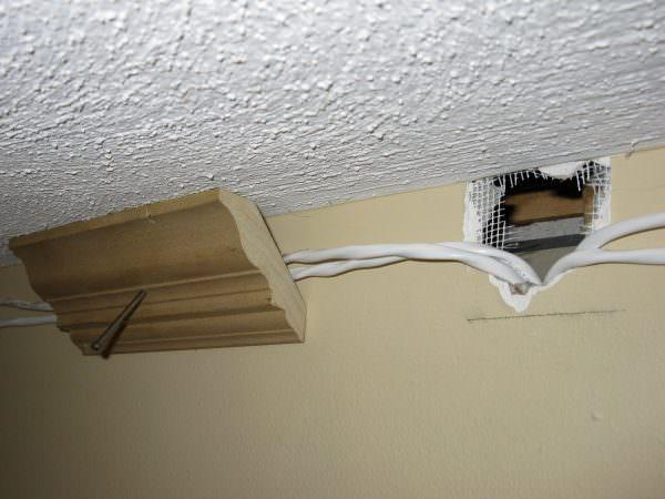 Проводку надо прокладывать скрыто, чтобы ее не было видно. Часто ее прячут в штукатурке или штробах.