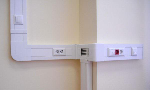 В случае, когда предыдущие способы невозможны, можно спрятать провода в короба.