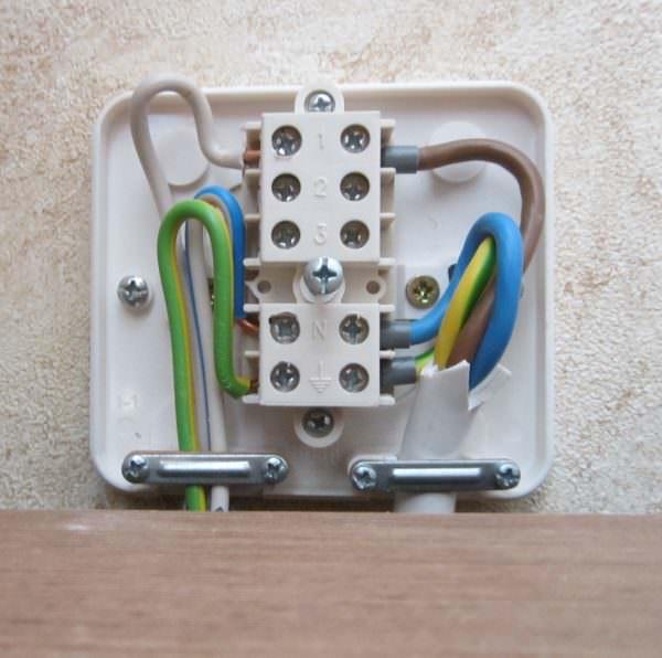Такую коробку нужно устанавливать на расстоянии двух метров от электрической плиты, на высоте не менее 60 сантиметров от пола.