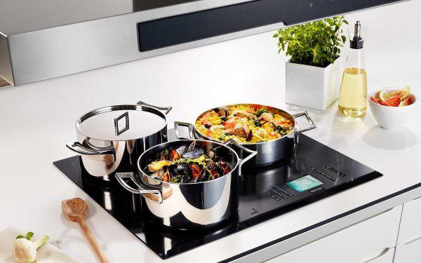 При выборе сковородки для индукционной плиты приходится учитывать множество нюансов
