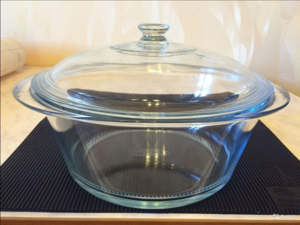 Посуда, сделанная из стекла, к готовке на индукционных поверхностях совершенно не подходит.
