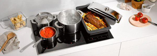 В роли проводника выступают кастрюли или сковородки, стоящие на плите.