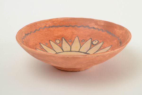 Керамика ручной работы без глазури не подойдет для микроволновки из-за большого и неравномерного нагрева такой посуды.