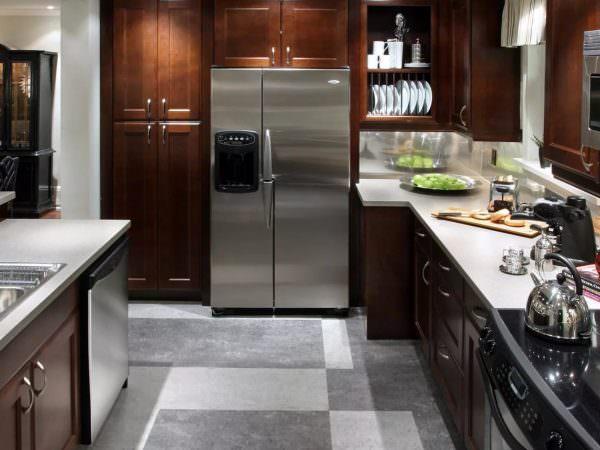 Для классической кухни подойдет черно-белая плитка или паркет, для лофта и кантри – доска, для современных стилей – ламинат и керамика.