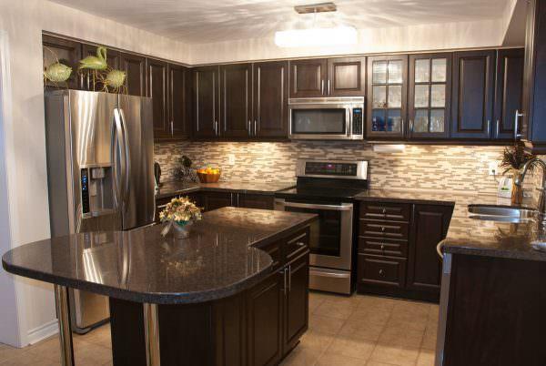 Темно-коричневый или венге – идеально подходит для просторной кухни в частном доме или большой квартире.
