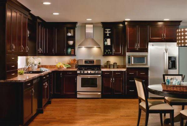 Светло- или темно коричневая кухня актуальна для разных интерьерных стилей