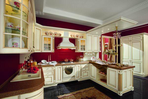 Свежеоформленная кухня в модном красном цвете – это не монохромная комната, а двух-трехцветное помещение.