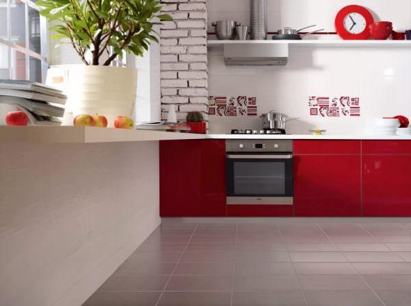 Полы проще и надежнее всего выложить керамогранитом или керамической плиткой