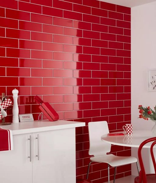 Практически полностью красная кухня в современном интерьере обычно имеет множество акцентных «пятен».