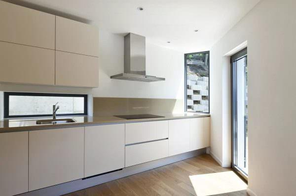 Для минимализма характерна однотонная внутренняя отделка, лаконичная мебель, отсутствие текстиля, монохромная цветовая гамма без акцентов и контрастов