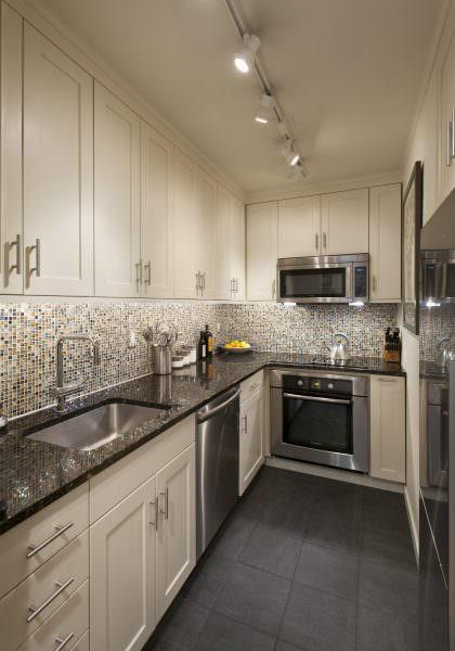 Современный бежевый кухонный гарнитур – отличный выбор для неоклассического интерьера.