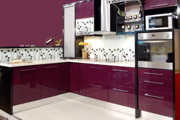 Для отделки можно применять деревянные панели, закаленное стекло или керамическую плитку.