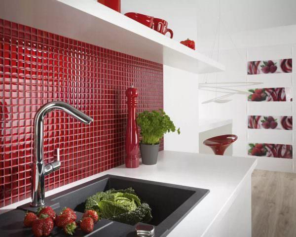 Очень яркое и оригинальное выполнение фартука с использованием мозаики состоящей из черного, красного и бордо.