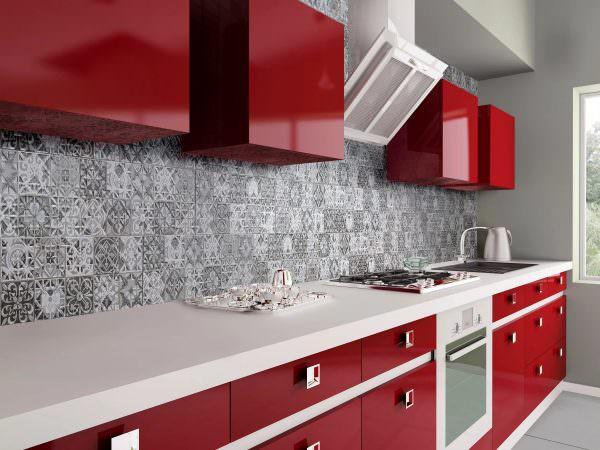 Не менее интересной идеей для интерьера современной кухни станет фартук, изготовленный из стекла и натуральных камней.