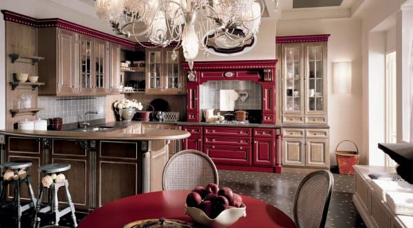Очень изысканный и шикарный вариант – массивная, классическая люстра, изготовленная из красного хрусталя.