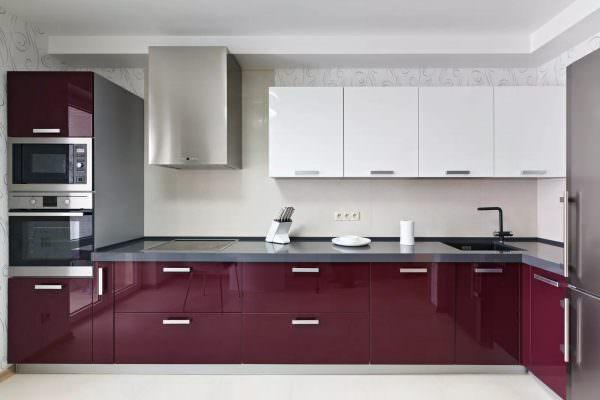 Если тандем этих двух цветов разбавить небольшим акцентом нежно-розового цвета – это придаст интерьеру кухни нежность и гармонию.