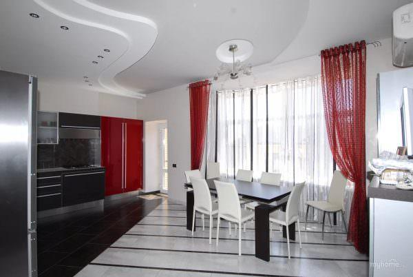 Владельцам маленьких кухонь будут уместны легкие занавески из полупрозрачной ткани бордового цвета.