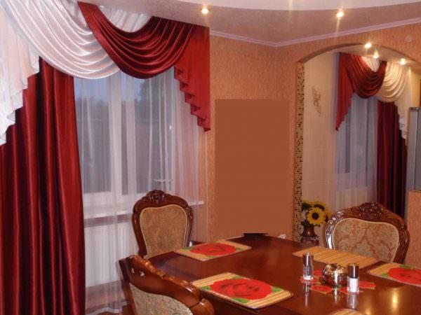 Дизайн кухни бордового цвета, сочетание с белым, желтым цветом