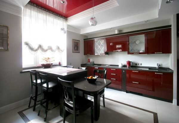 Правильно подобранные стулья и стол придадут кухонному интерьеру дополнительную привлекательность.
