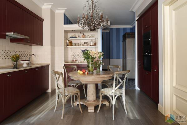 При наличии бордового кухонного гарнитура, остальные предметы интерьера лучше подбирать, опираясь на основной фон оформления помещения.