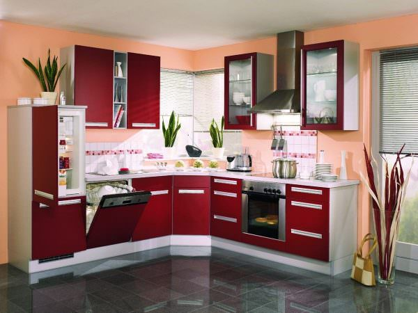 Бордовая кухня – отличное решение для тех, кому по душе комфорт, уют и стабильность.