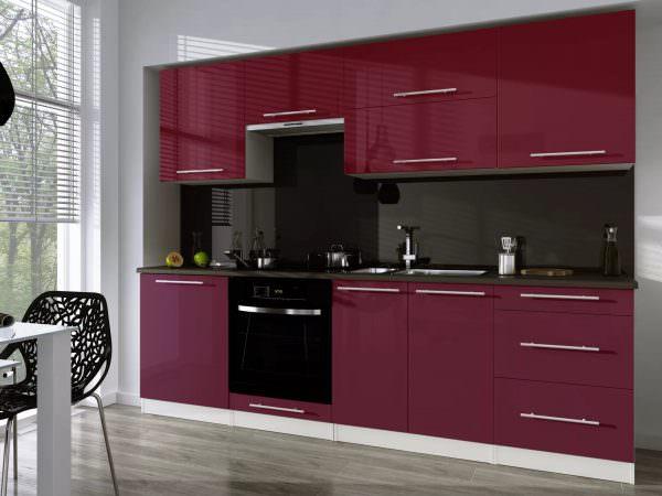 Очень интересное стилистическое решение – бело-бордовая кухня, выполненная в стиле модерн.