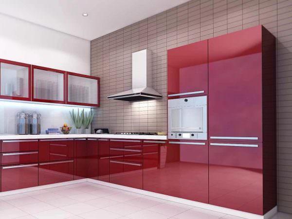 Использование бордовых тонов в кухонном интерьере благоприятно влияет на физическое и эмоциональное состояние