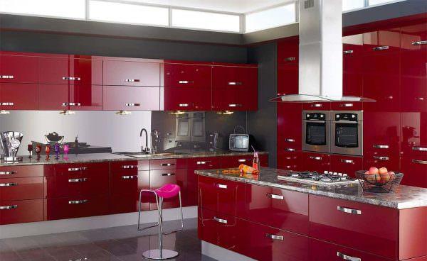 В современных интерьерах применяют глянцевый блеск фасадов.