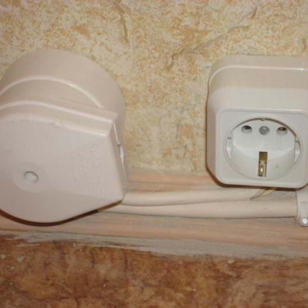 Далее нужно установить розетку, в которую будет подсоединяться кабель питания.