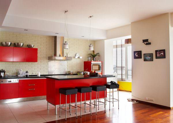 Кухня по фен шуй правила которой диктуют то, что интерьер в красном цвете должен правильно передавать смелую и яркую энергию этого оттенка.