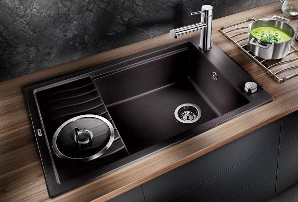 Огонь и вода конфликтуют в Фэн-Шуй, поэтому размещение плиты и мойки должно быть таким образом, чтобы они не находились рядом друг с другом или прямо напротив друг друга.