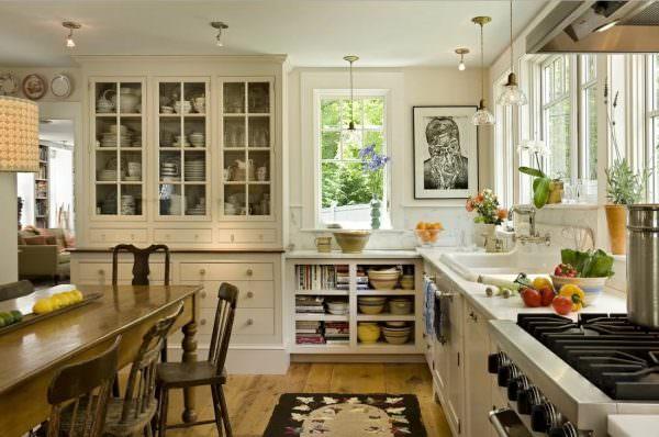 Наличие кухни у входа в дом также может означать, что гости придут, покушают и сразу же уйдут.