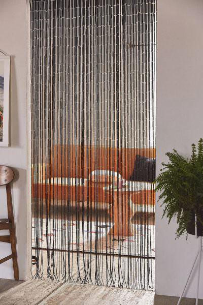 Одним из простых решений является навешивание прозрачных или бисерных занавесок над дверью кухни.