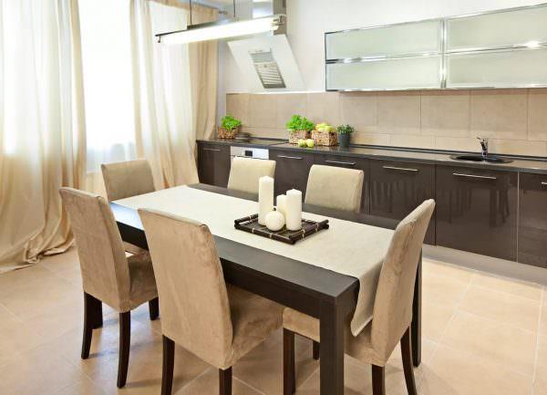 Обеденный стол должен быть идеально расположен так, чтобы было удобно сидеть со всех его сторон.