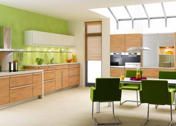 Свежий мятно-зеленый цвет на кухне с сочетанием кирпичной стены будет отличным вариантом фен-шуя кухни