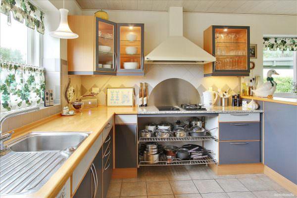 кухня сочетает в себе элементы огня и воды