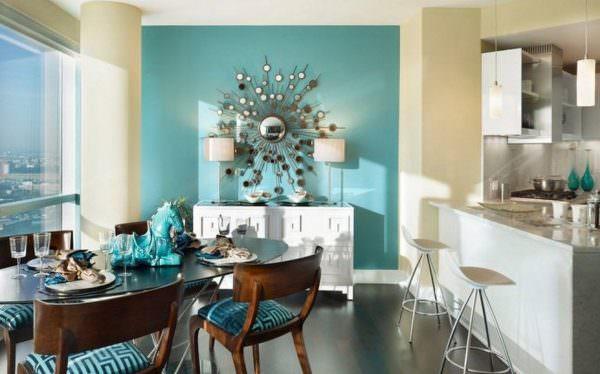 Основные покрытия, которые используют для стен на кухне – краска, фактурная штукатурка и обои.