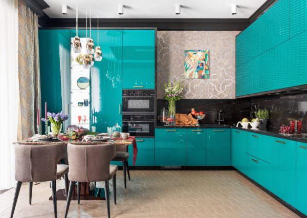 Его при оформлении комнат всегда следует использовать крайне осторожно, в сочетании с бирюзовым тем более.