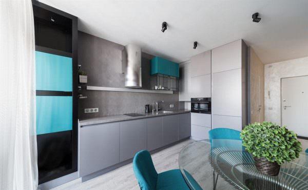 Сочетание бирюзового и серого цветов идеально смотрится на кухне, выходящей на южную, солнечную сторону.