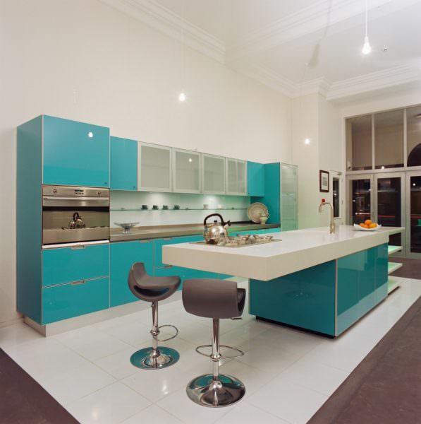 Бирюзовый цвет идеально подходит для кухонь с окнами на южную сторону, создает иллюзию свежести и прохлады морского бриза.