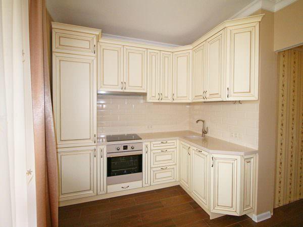 Белые кухни с патиной выполненные в нежных, неброских тонах подходят для помещений в стиле прованс.