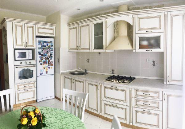 На классической кухне также возможно оформление с использованием бежевой или патины цвета слоновой кости.