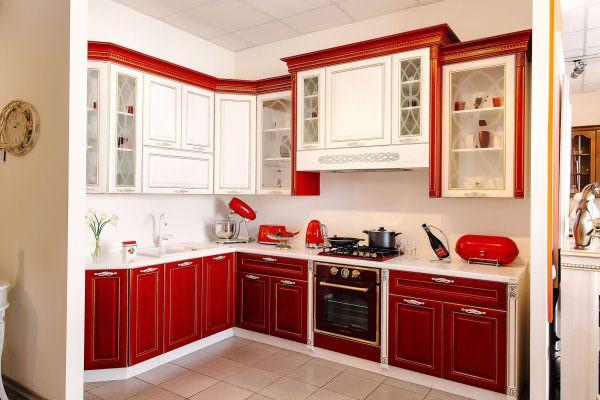 Для красного гарнитура обычно выбирают белую, золотистую, черную или серую отделку.