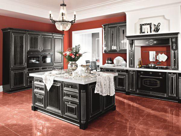 Если кухня находится не на солнечной стороне, то следует установить дополнительные осветительные приборы.