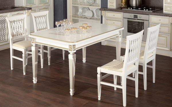 Гарнитуры с патиной выглядят исключительно хорошо на фоне деревянных столов и стульев.
