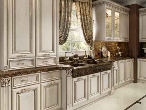 Классическая кухня с патиной подразумевает портьеры без рисунка или же с неброским, подходящим узором.