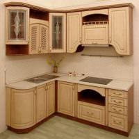 Классическая белая кухня в светлых тонах с патиной: серебристая